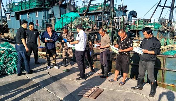 安全放在重中之重:文登区办事处深入渔企渔港开展渔业安全生产宣传