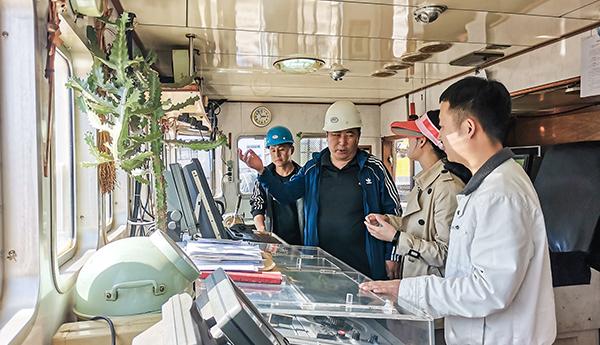 烟台理赔办事处组织员工赴远洋企业参观远洋渔船